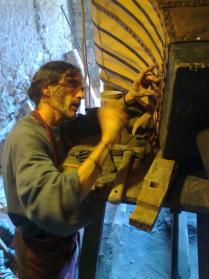 El artesano restaurando fuelle de herrero